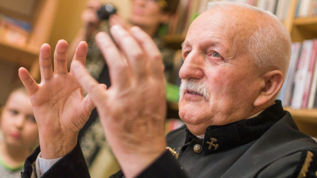 Jan Ryszard Drąg podczas wystawy rzeźby w Jaworznie w filii Miejskiej Biblioteki Publicznej na Podwalu.
