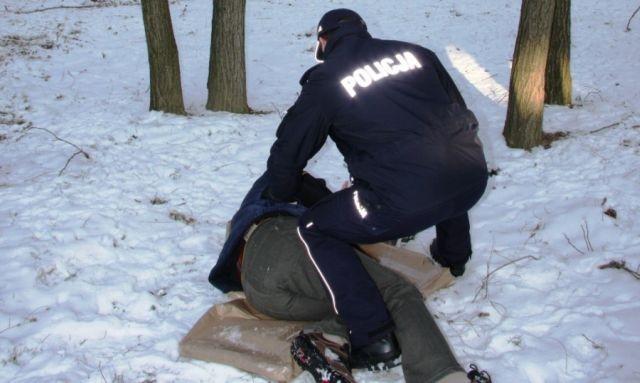 Policja musiała wezwać negocjatora aby przekonać bezdomnego do tego, żeby nie spał na ulicy.