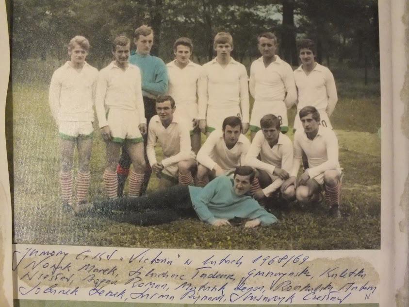 Archiwalne zdjęcie prezentujące juniorów Victorii Jaworzno z lat 1968/69.