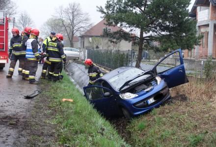 Na Ciężkowickiej samochód wpadł do rowu.