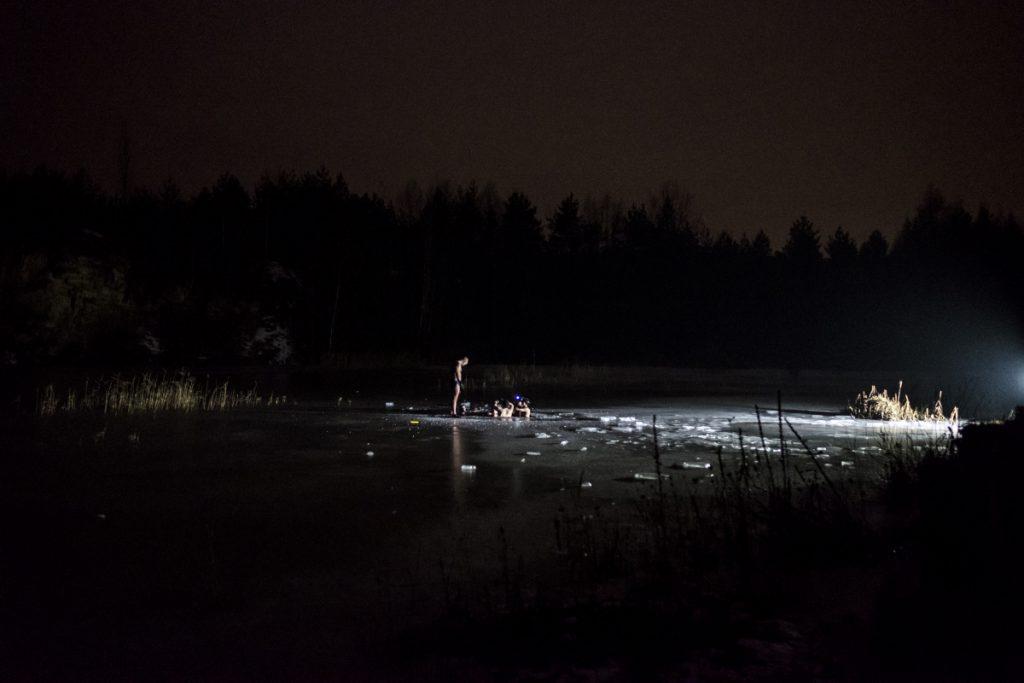 """24 stycznia. Nocne morsowanie w zbiorniku Parku Gródek, czyli dawnych tzw. """"Koparkach""""."""