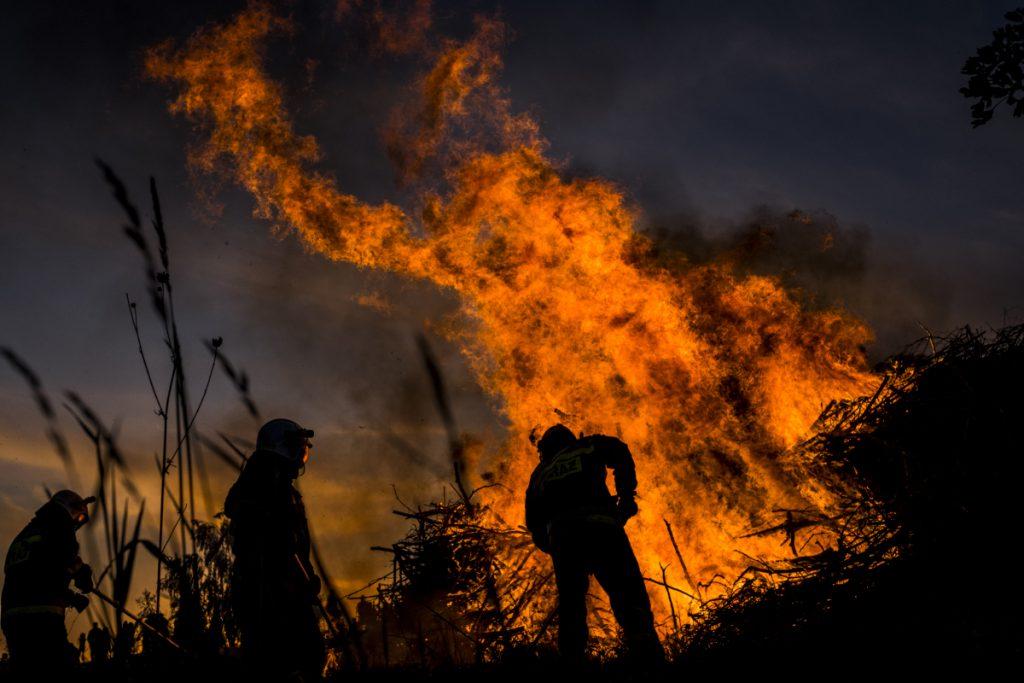 """20 maja. Równa Górka. Jedno z ognisk rozpalonych w ramach """"Sobótek"""" organizowanych przez Stowarzyszenie Jaworzno Moje Miasto."""