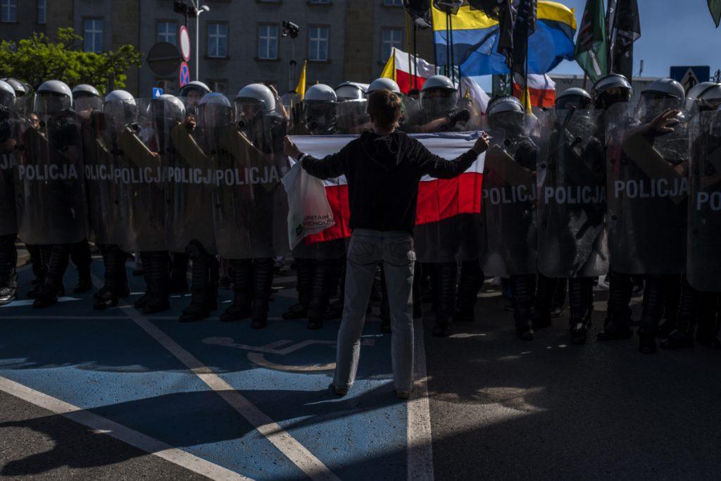6 maja. Katowice. Marsz Powstańców Śląskich. Grupa osób próbowała zablokować trasę marszu.