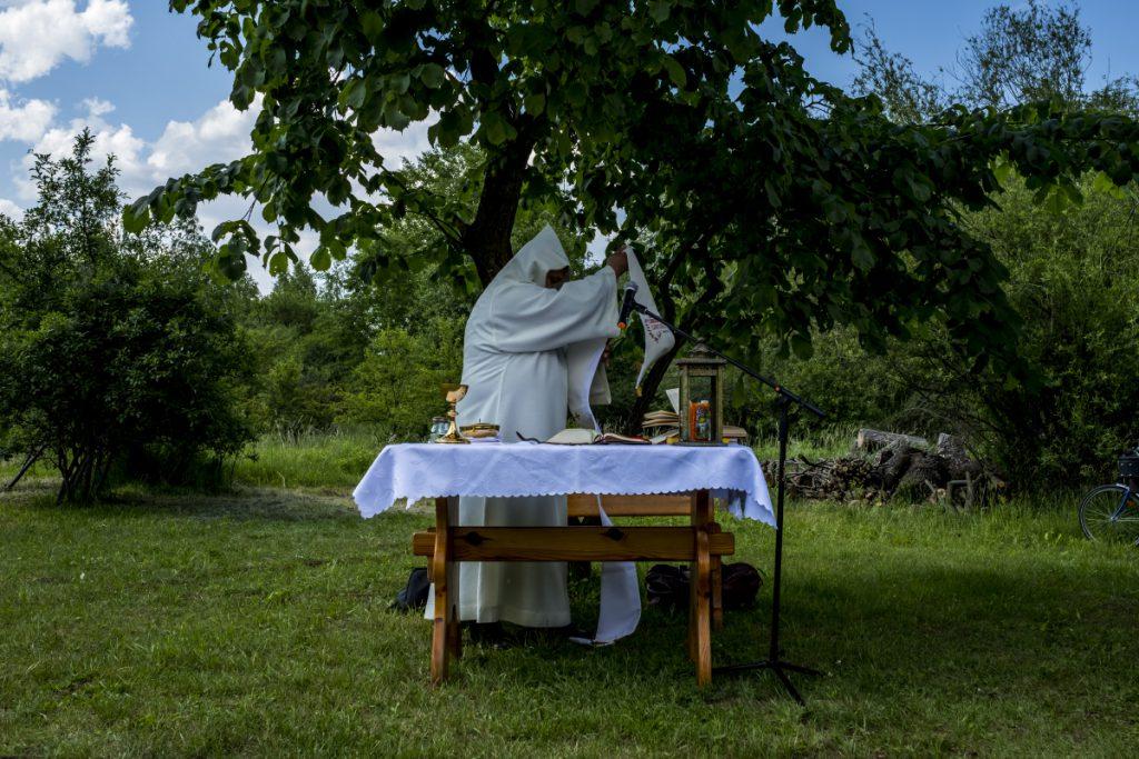 26 maja. Bacówka na Pieczyskach. Ksiądz Mirosław Tosza ze Wspólnoty Betlejem przygotowuje się do odprawienia polowej Mszy Świętej.