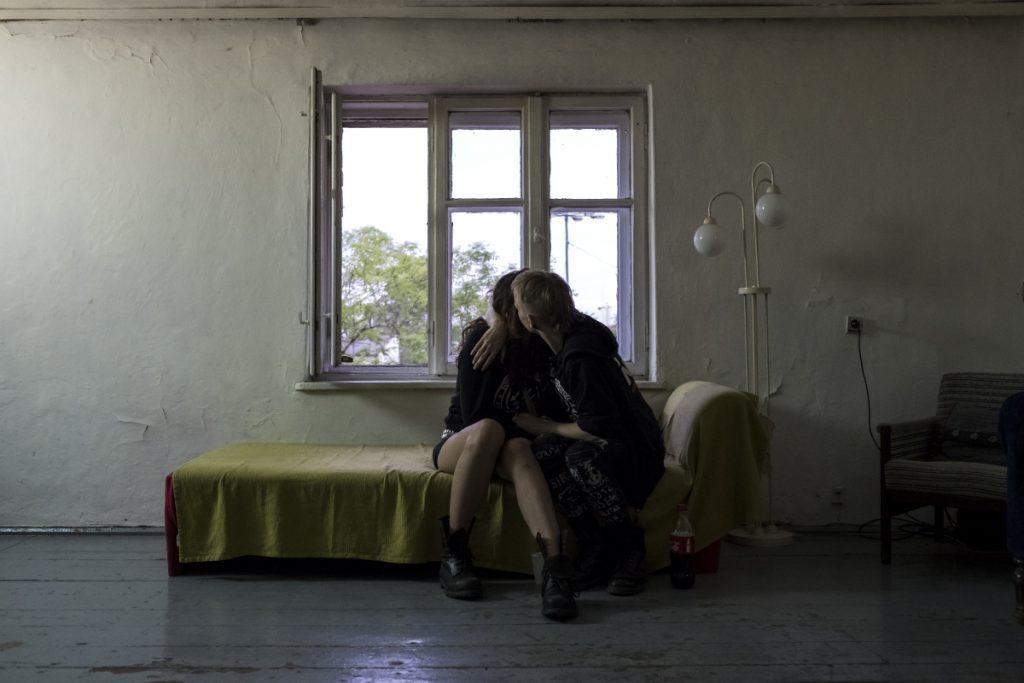 """8 czerwca. Galeria Sektor I. Pocałunek. Zdjęcie wykonane podczas wydarzenia pt. """"Żywa biblioteka""""."""