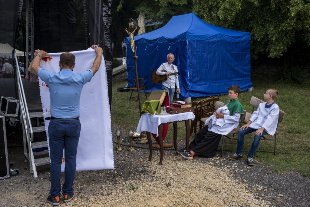 9 czerwca. Szczakowa. Przygotowania do Mszy Świętej podczas Festynu Elżbietańskiego.