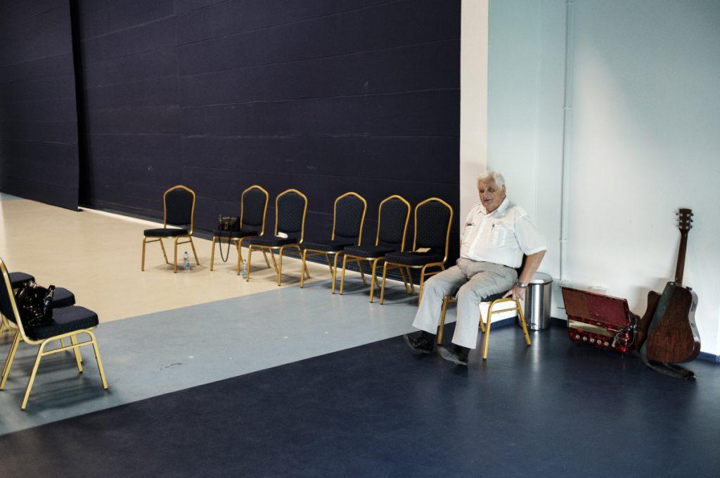 7 września. Chorzów, Stadion Śląski. Jeden z członków zespołu ludowego czeka na występ podczas urodzin Śląskiego Ogrodu Zoologicznego.