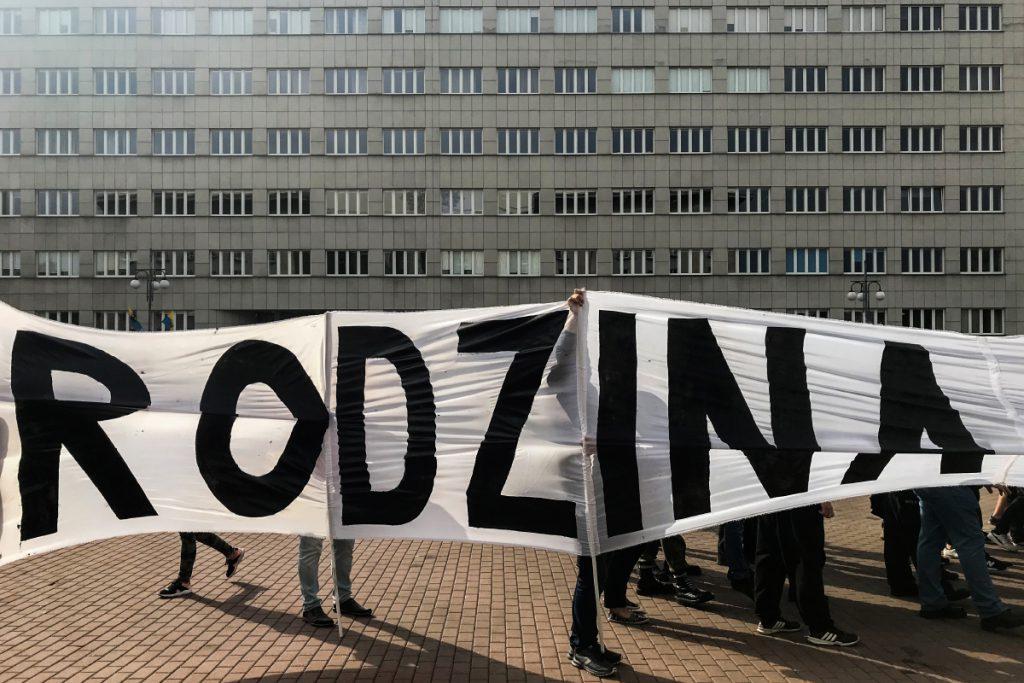 8 września. Katowice. Zgromadzenie narodowców przed marszem równości.