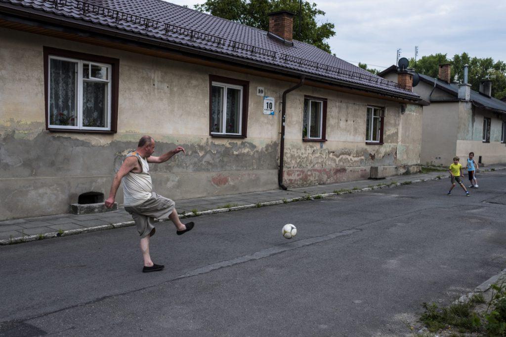 15 lipca, Pieczyska, tuż obok dawnej Cementowni. Mieszkańcy spędzają wolny czas w niedzielę na graniu w piłkę nożną.