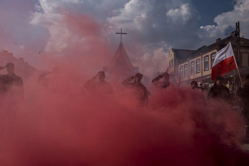 1 sierpnia, rynek. W 74. rocznicę wybuchu Powstania Warszawskiego mieszkańcy ułożyli na płycie rynku znak Polski Walczącej.