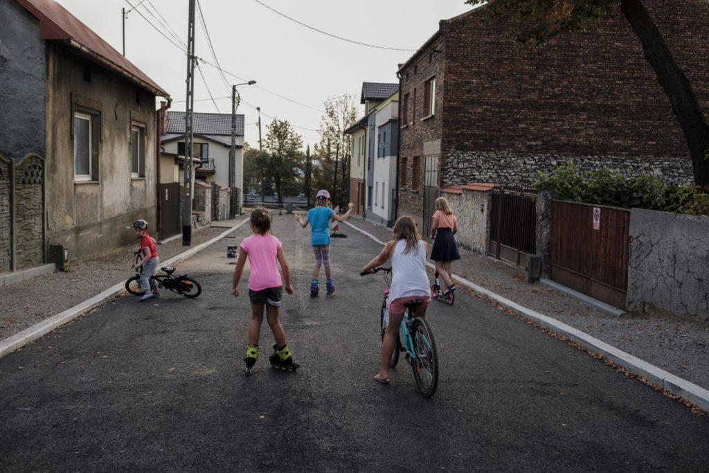 7 września, centrum. Dzieci bawią się na remontowanej ulicy Żółkiewskiego.