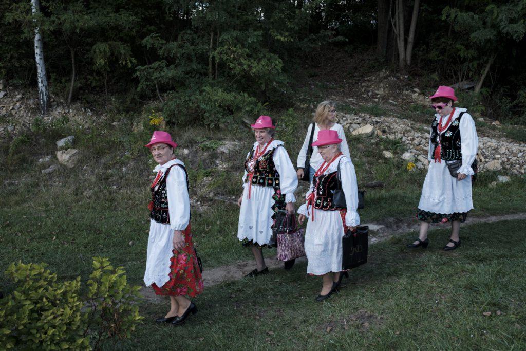16 września, Pieczyska. Członkinie jednego z zespołów ludowych w drodze na Jaworznicki Piknik Lotniczy.