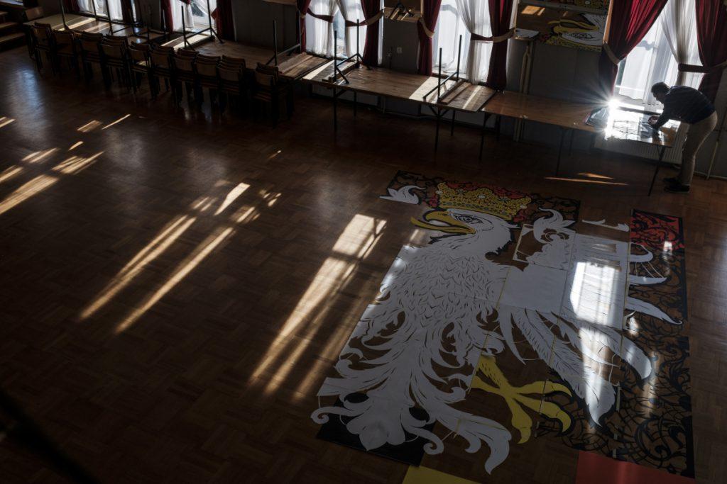 7 listopada. Grzegorz Dudała ze Szczekocin przygotowuje największą w Polsce wycinankę, która utworzy orła białego. Pracuje po kilkanaście godzin dziennie. To wszystko na setną rocznicę odzyskania przez Polskę niepodległości.