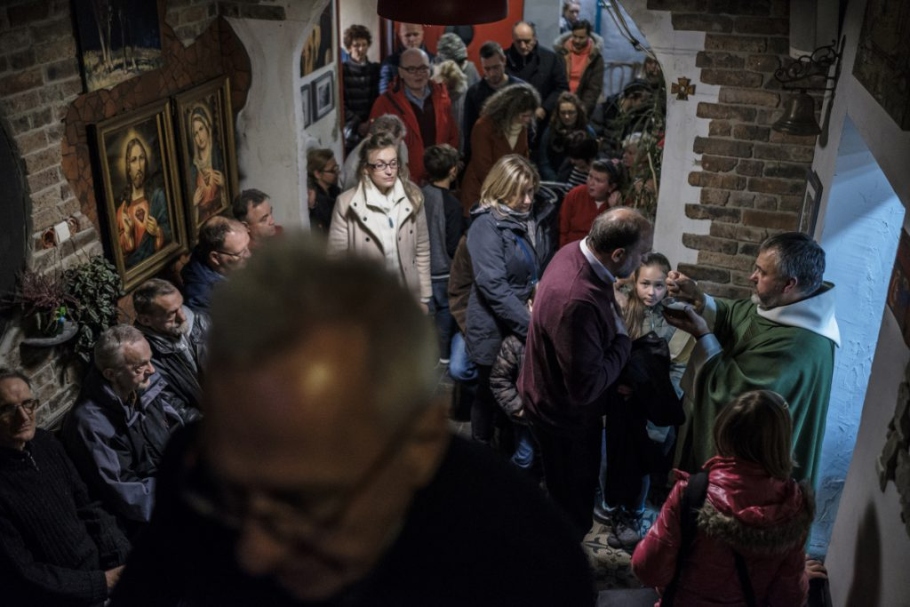 18 listopada. Wspólnota Betlejem. Światowy Dzień Ubogich. Na zdjęciu ks. Mirosław Tosza podczas Mszy Świętej.