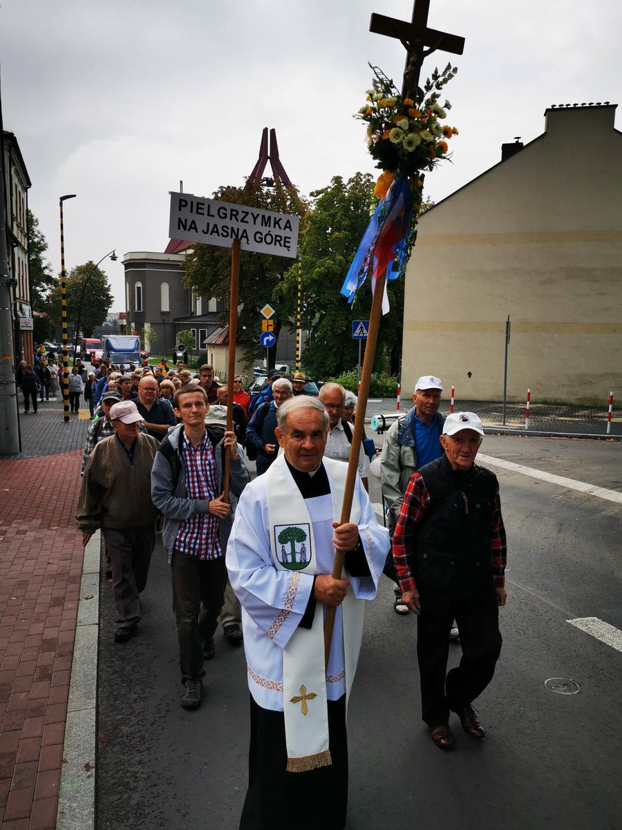 Pielgrzymów wyprowadził proboszcz kolegiaty św. Wojciecha i Katarzyny ksiądz Eugeniusz Cybulski.